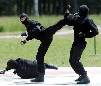 مربی دفاع شخصی پلیس